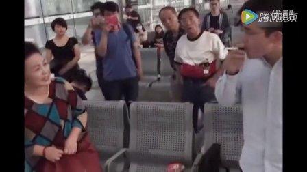 爆笑视频 公共场合抽电子烟 上海小伙激战东