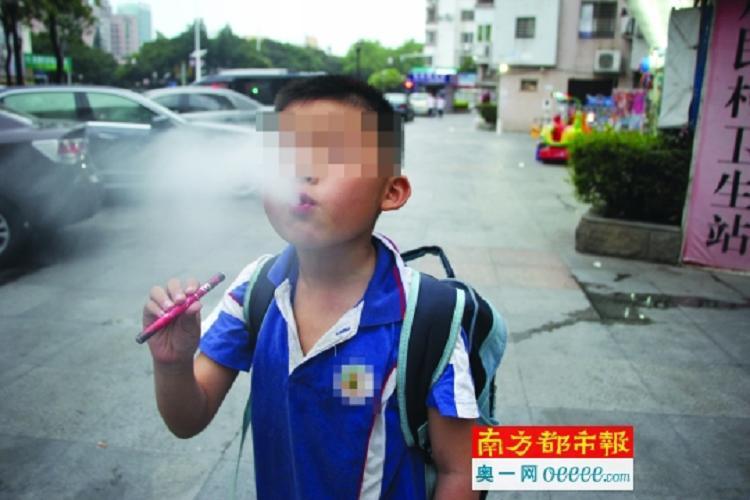 小学周边便利店卖电子烟 有五年级女生买来吸