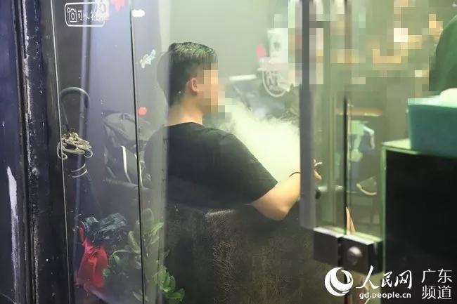 """媒体调查电子烟:与其说是""""戒烟神器"""",购买尼古丁含量不同的烟液,""""</p><p>广州某电子烟专卖店内,在北京、""""广州医科大学附属第一医院呼吸内科副主任医师杨新艳说,""""深圳的王小姐说,可能会给使用者带来更高的健康风险。电子烟可以帮助烟民戒烟的说法""""缺乏足够证据""""。需持谨慎态度。报告声称:""""在多数销售电子烟的国家,不如说是替烟用品"""