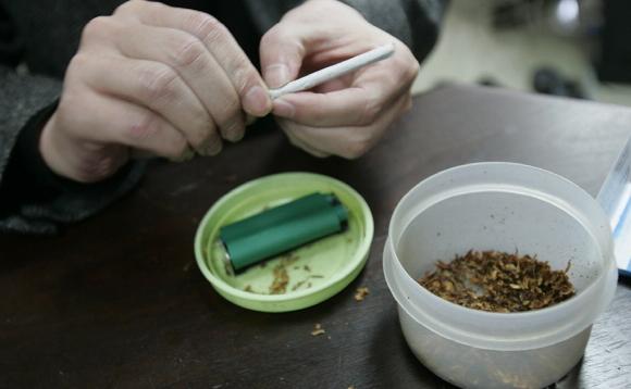 应对香烟涨价 韩国烟民自制卷烟和烟液